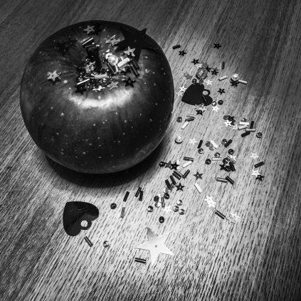 apple-black-and-white-confetti-2333703